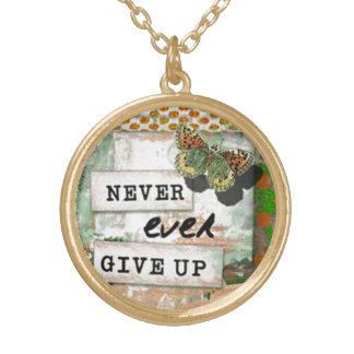 """感動的な芸術のネックレスは""""決してあきらめません"""" ゴールドプレートネックレス"""