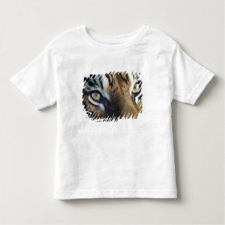 成人男子のSumatranのトラの閉めて下さい トドラーTシャツ
