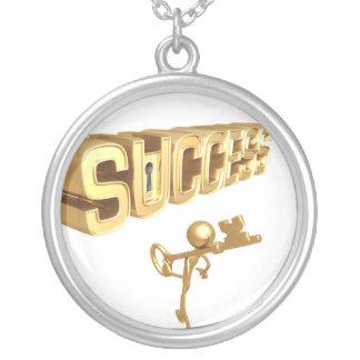 成功のネックレスおよびペンダントへの鍵 シルバープレートネックレス