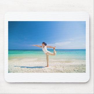 成熟させたアジア女性が行うヨガを浜に引き上げて下さい マウスパッド