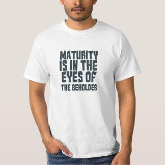 成熟は見る人の見地からあります Tシャツ