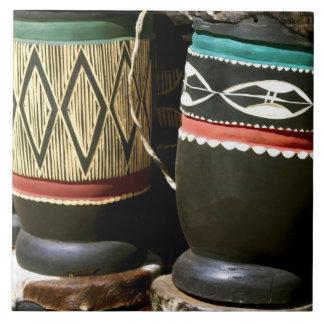 手によって切り分けられるドラム、リビングストンのザンビア タイル