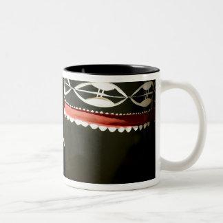 手によって切り分けられるドラム、リビングストンのザンビア ツートーンマグカップ