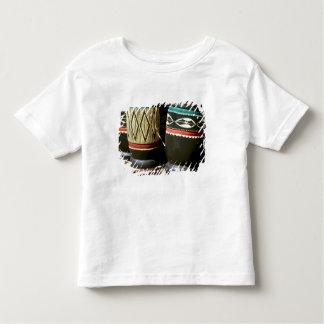 手によって切り分けられるドラム、リビングストンのザンビア トドラーTシャツ