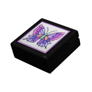 手によって刺繍される紫色の蝶 ギフトボックス