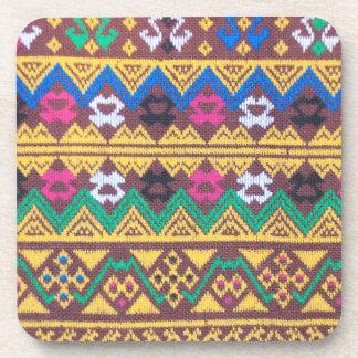 手によって編まれるタイの絹パターン コースター