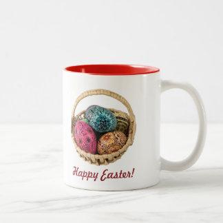 手によって飾られるイースターバスケットのマグ ツートーンマグカップ
