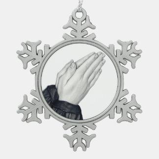 手の雪片のオーナメントを祈ること スノーフレークピューターオーナメント