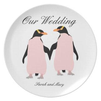 手を握っているゲイプライドのレズビアンのペンギン プレート