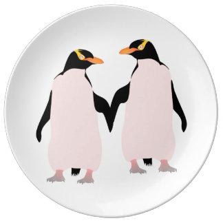 手を握っているゲイプライドのレズビアンのペンギン 磁器プレート