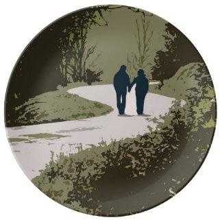 手を握るカップルが付いているロマンチックな歩行 磁器プレート