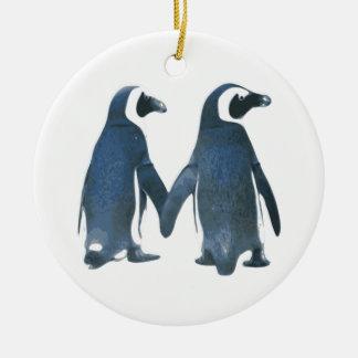 手を握るペンギンのカップル セラミックオーナメント