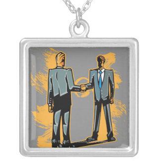 手を揺すっている2ビジネスマン シルバープレートネックレス