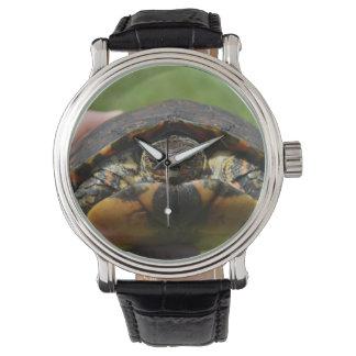 手元の華美な木製のカメ 腕時計