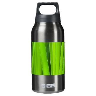 手入れをする緑 断熱ウォーターボトル