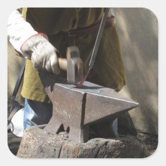手動で溶解した金属を造っている鍛治屋 スクエアシール
