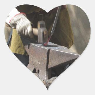手動で溶解した金属を造っている鍛治屋 ハートシール