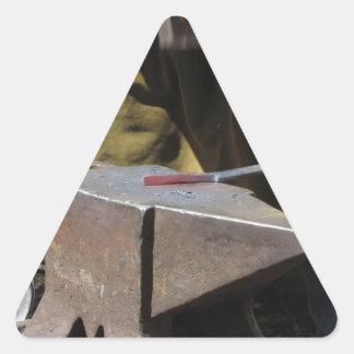 手動で溶解した金属を造っている鍛治屋 三角形シール