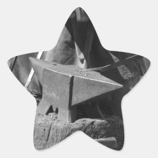 手動で溶解した金属を造っている鍛治屋 星シール