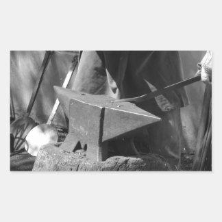 手動で溶解した金属を造っている鍛治屋 長方形シール