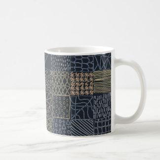 手描きの幾何学的なパターンデザインの暗闇のマグ コーヒーマグカップ
