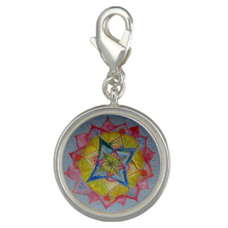 手描きの曼荼羅の円形のチャームは、めっきされて銀を着せます チャーム