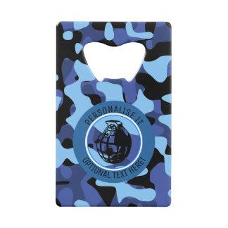 手榴弾が付いている青い軍のカムフラージュ クレジットカード栓抜き