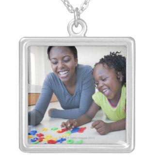 手紙と遊んでいる母および娘 シルバープレートネックレス