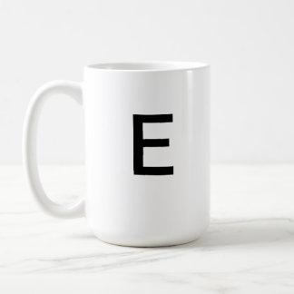 手紙Eのマグ コーヒーマグカップ