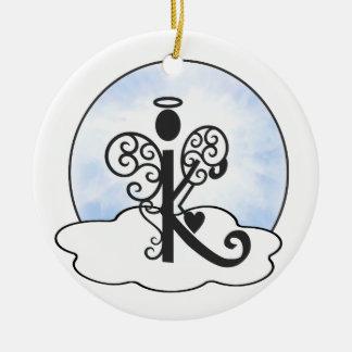 手紙Kのアルファベットのイニシャルのモノグラムwの天使は曇ります セラミックオーナメント