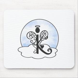 手紙Kのアルファベットのイニシャルのモノグラムwの天使は曇ります マウスパッド