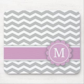 手紙Mのピンクのモノグラムの灰色シェブロン マウスパッド