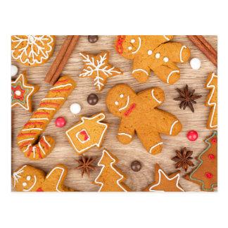 手製のさまざまなクリスマスのジンジャーブレッドのクッキー ポストカード