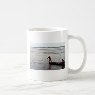投げる網、アマゾン川 コーヒーマグカップ