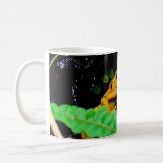投げ矢のカエル コーヒーマグカップ
