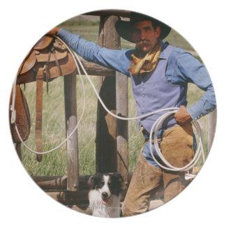 投げ縄および飼い犬と提起しているカウボーイ プレート