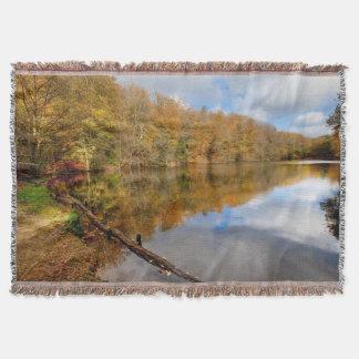 投球の秋の秋の景色の反映水 スローブランケット
