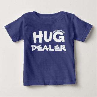 抱擁ディーラーの幼児ベビーのワイシャツのおもしろいな男の子 ベビーTシャツ