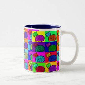 抱擁ハリネズミのカラフルなポップアートPopartを解放して下さい ツートーンマグカップ