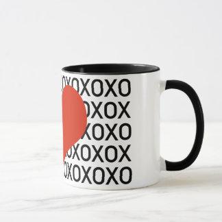 抱擁、キス及び大きいハート マグカップ