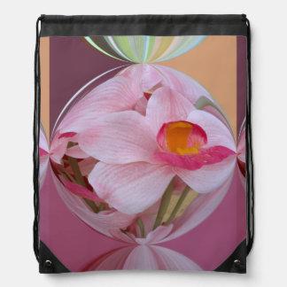 抽出される柔らかいピンクの蘭 ナップサック