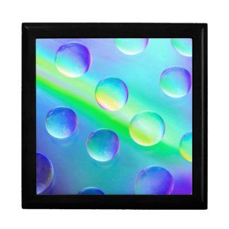 抽象的でサイケデリックな虹はマクロギフト用の箱を落とします ギフトボックス