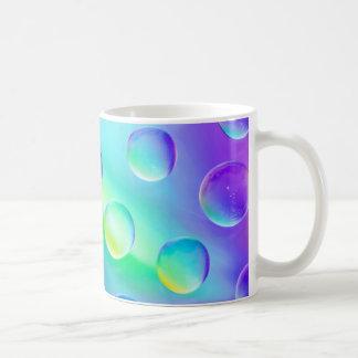 抽象的でサイケデリックな虹はマクロマグを落とします コーヒーマグカップ