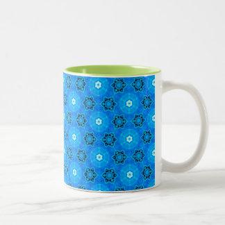 抽象的でモダンなスカイブルーの花、円、星 ツートーンマグカップ
