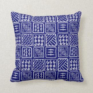 抽象的で青いろうけつ染めの枕 クッション