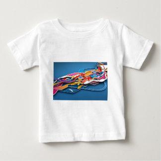 抽象的で青い背景の野生色すべてに ベビーTシャツ