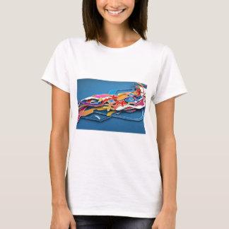 抽象的で青い背景の野生色すべてに Tシャツ