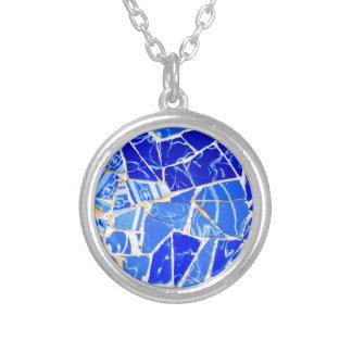 抽象的で青い背景 シルバープレートネックレス