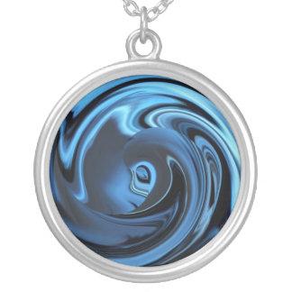 抽象的なサファイアの青い日本製アニメの顔のネックレス シルバープレートネックレス