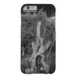 抽象的な恐怖芸術-人形は死んだ木で先頭に立ちます BARELY THERE iPhone 6 ケース